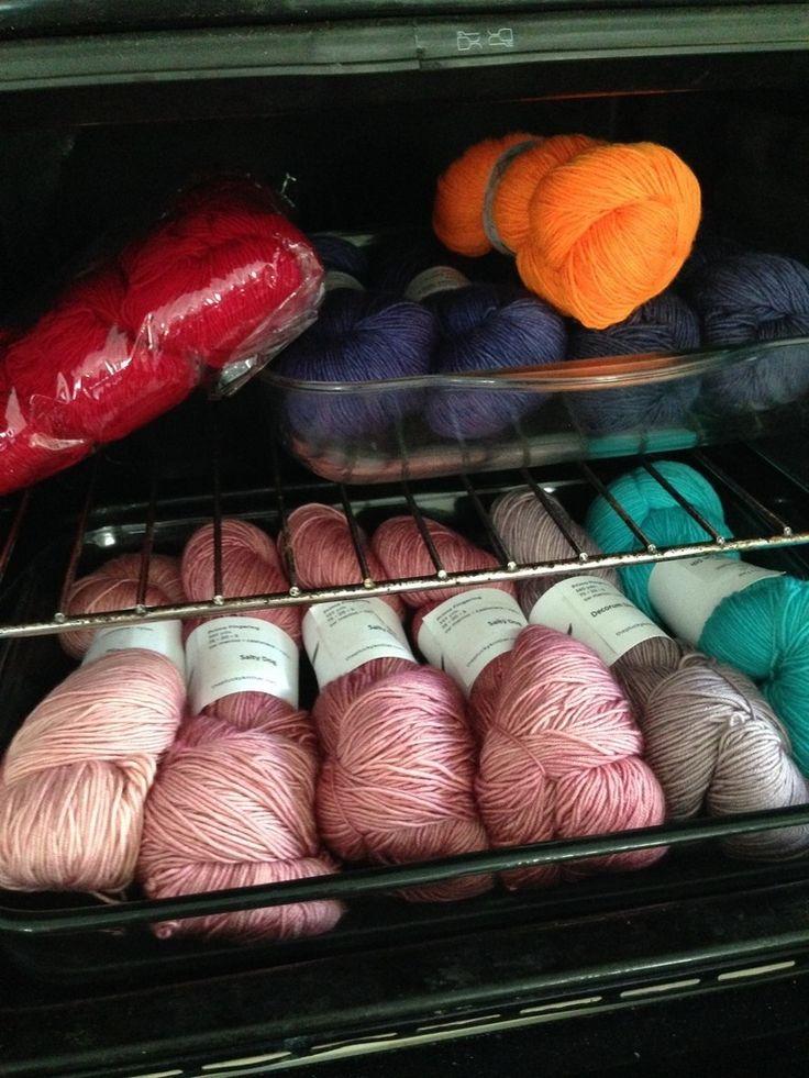 Que faire quand notre stock de laine dépasse nos capacités immédiates de tricot ? Comment protéger nos précieux laineux des mites, lorsqu'on ne saurait tolérer de partager le moindre gramme avec elles ? Alors voici en images ce que je fais pour éviter...