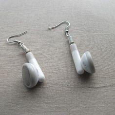 """""""écoute écoute !"""" boucles d'oreilles pendantes en éléments de récupération blanc et argent"""