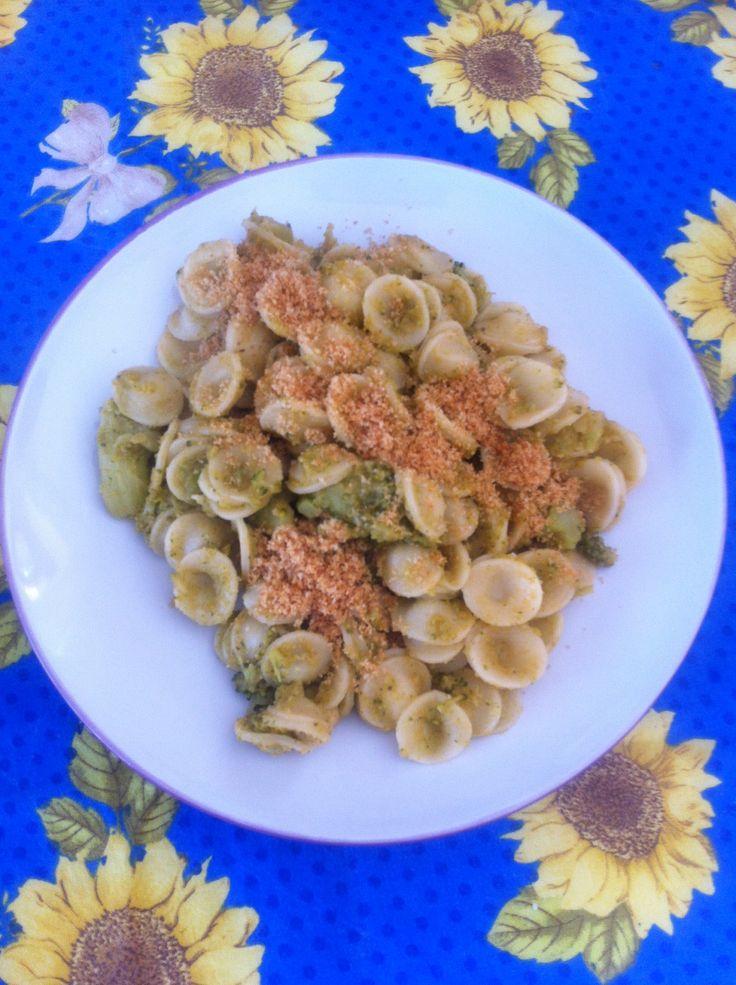 Orecchiette alla siciliana con broccoli, pinoli, uvetta e acciughe.