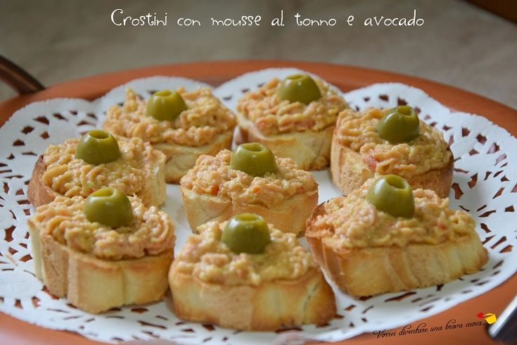 Voglio proporvi una ricetta semplicissima per un antipasto stuzzicante e facile da preparare: i crostini con mousse al tonno e avocado!