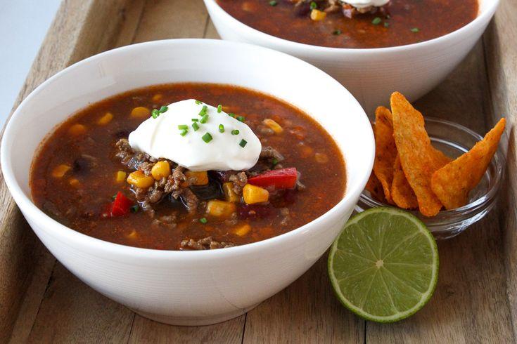 Maak een heerlijke Mexicaanse chili con carne soep met dit makkelijk recept. Op basis van o.a. runderbouillon, gehakt, paprika, komijn, mais en bonen.