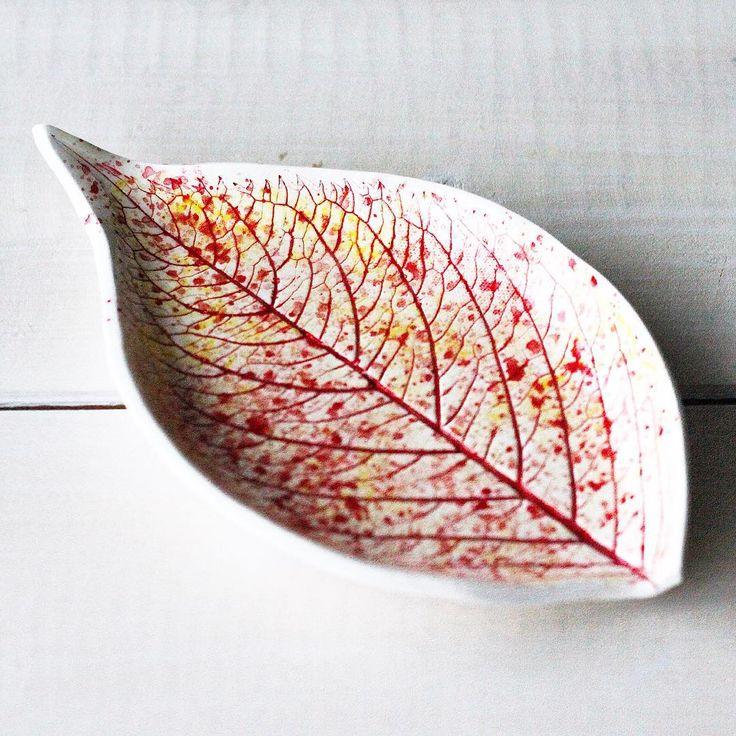 """Гортензия, конечно, не желтеет и уж тем более не краснеет... Просто стоит бодро """"до последнего""""💪🏻а потом в одночасье листья становятся будто каменными:сворачиваются и высыхают🍂 но мне так хотелось её разукрасить🙈 так что вот🙌🏻 есть в наличии✔️цена 900₽ #осень2016 #fallcolors #fall16 #ceramicart #poshkovsh #instamaker"""