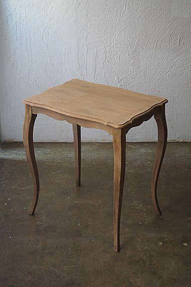 オーク素地 サイドテーブル-oak french side table ピュアに伸びるS字のカーブ、なだらかに起伏するデザインの幕板。優雅な趣きは残し、よりプレーンさを追求して塗装を剥離、ソファに座り伸ばした手の先に丁度な天板の高さ。カップ&ソーサー位でしたら4客置けますので、各人シェアして傍らのテーブルとして。木部にダメージは御座いません。塗膜無しの状態ですので、輪滲みが気になる場合はいずれ揮発するクリアワックスの塗布をお薦めさせて頂きます。
