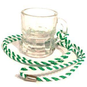 Ein Muss: Schnapsglas mit Band (Kordel), aus Glas, Henkelstamper