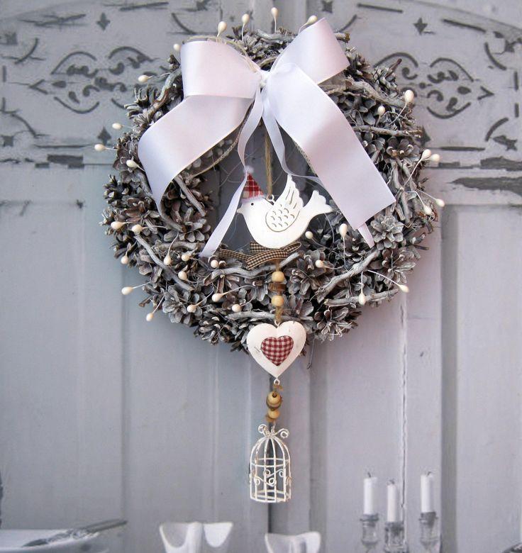 Zima veliká Nostalgický věneček s plechovým závěsem - ptáček, srdce, klícka, průměr cca 28 cm