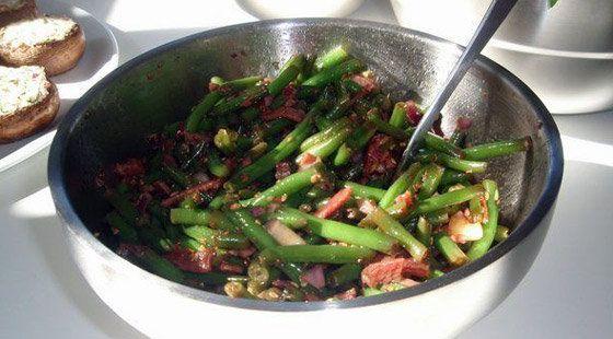 Lækker opskrift på bønnesalat med bacon, som er nem og lige til at gå til med ingrediensliste og fremgangsmåde.