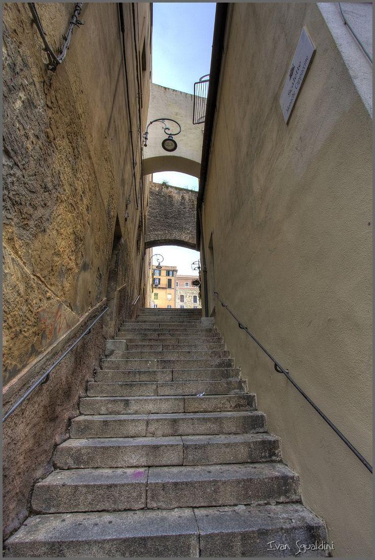 slides/Cagliari_oldtown_0049_tonemapped.jpg ancient arch arco bridge cagliari centro città city gradini italy medieval narrow old sardegna sardinia scala step storico street town wall Old street