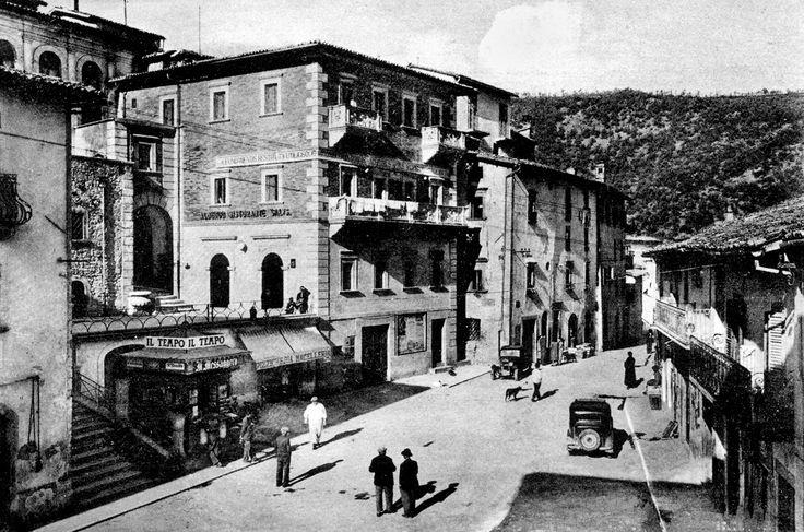 Cascia, anni '30. Particolare di Piazza Garibaldi all'imbocco di via XX settembre.