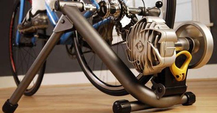 Cómo hacer una bicicleta fija. Una bicicleta común puede convertirse fácilmente en una bicicleta fija usando un rodillo para bicicletas. Incluso te permite ajustar la resistencia y es relativamente económico: desde $40 hasta $250, ¡es más barato que una bicicleta fija real!