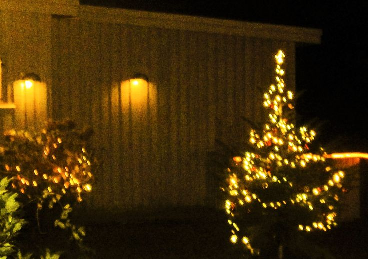 Juletræ med lys og kugler. Hele terrassen er indrammet i lys