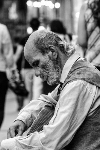 tuning. street busker tuning guitar. Photograph By Andy J Collins #PeoplePhotography