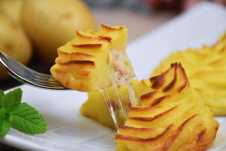 Le patate duchessa ripiene sono una variante delle classiche patate duchessa famose in tutto il mondo e rese in questo modo ancora più sfiziose e particolari. Ecco la ricetta