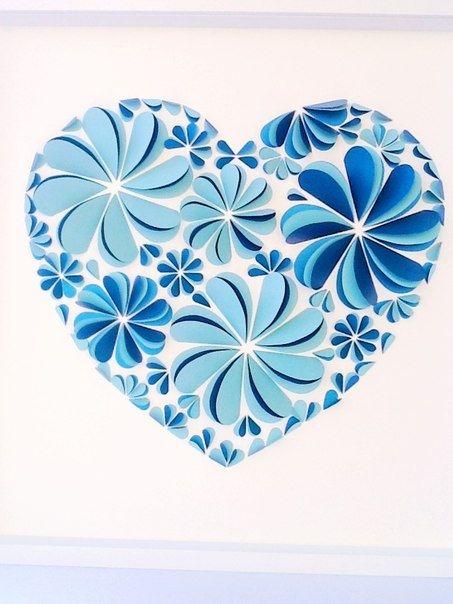 Бумажный декор стены сложенные пополам сердечки из плотной бумаги