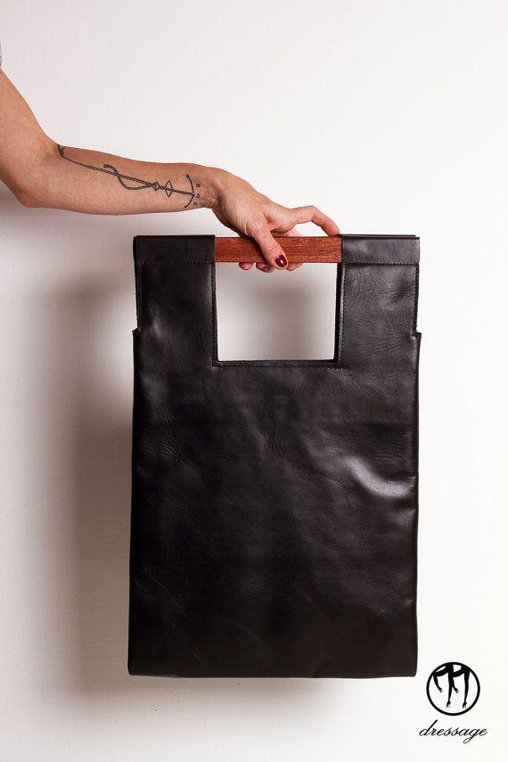 LESS is BAG Black 2 - Borsa realizzata a mano in pelle nera con manici in legno. Tre tasche interne e laccio portachiavi