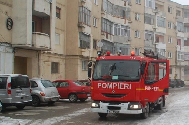 Un bătrân de 61 de ani a ajuns la spital cu arsuri grave după ce, în apartamentul său, a izbucnit un incendiu, în această după-amiază