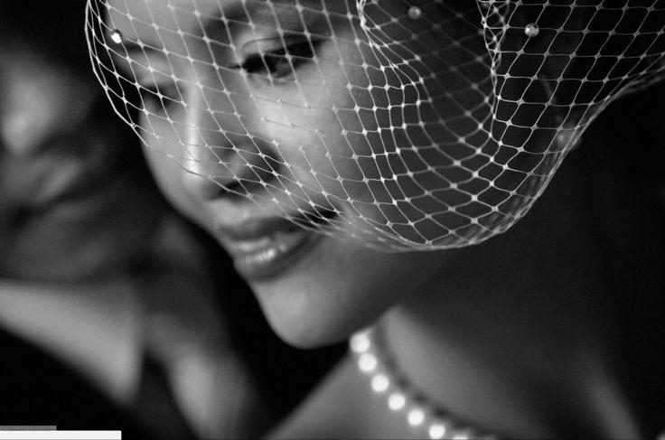 1) мягкий свет, крупный портрет невесты и частично лицо жениха. Локация: в любом тёмном помещении. Свет: от окна. Фокусное расстояние: диапазон от 35 до 85 мм. Диафрагма: не больше 2,0.