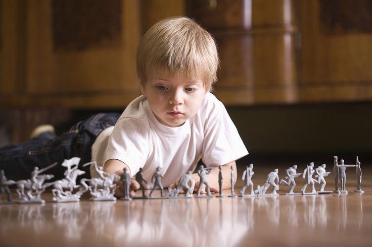 čím viac deti predstierajú pri hre násilné činy (napríklad že plyšové zvieratká sa navzájom hryzú, či jedia), tým je u nich pozorované menej agresívne správanie v skutočnom živote. Zdôvodňujú to tým, že ak sa deti naučia manažovať násilie v rámci hry, zároveň sa učia zvládať ho v realite a ovládať vlastné emócie.
