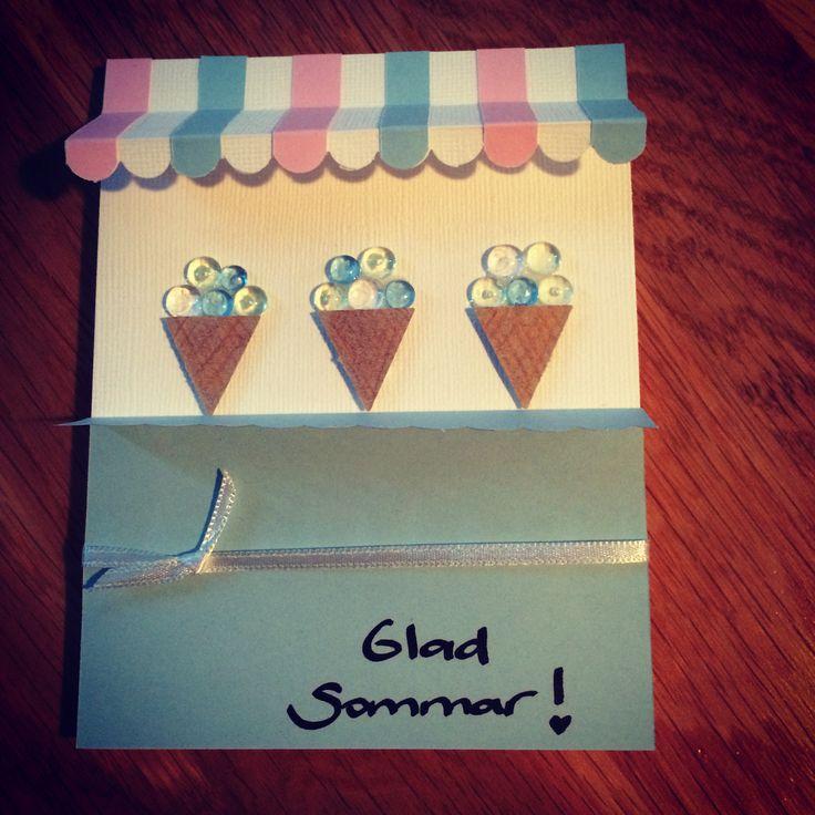 Ett kort för att önska glad sommar! Glasstånd med markis.  Glasstrutarna är från en vimpelstans. Har målat dem med färgpennor.  Glasskulorna är halvpärlor i genomskinlig plats.