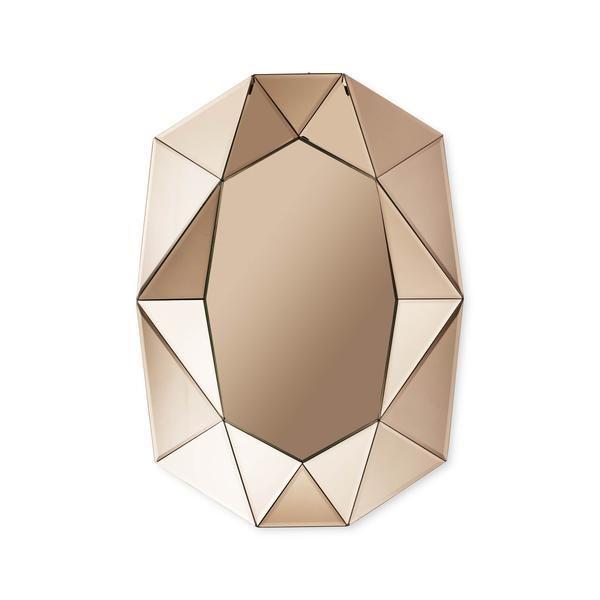 Diamant an die Wand: Der handgefertigte Spiegel im charakteristischen Diamond-Cut wirkt wie eine opulente Brosche - ein Schmuckobjekt, das jede Wand aufwertet. Auch in Silbererhältlich.  Masse: H: 80cm | B: 58cm | T: 8cm  Material:Spiegelglas  Farbe: Rose  SKU:REF_0240022