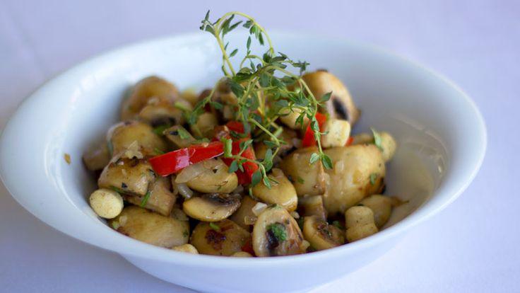 Cogumelos são saudáveis e saborosos! A receita de cogumelos salteados com alho e salsa é a combinação perfeita para a sua dieta.