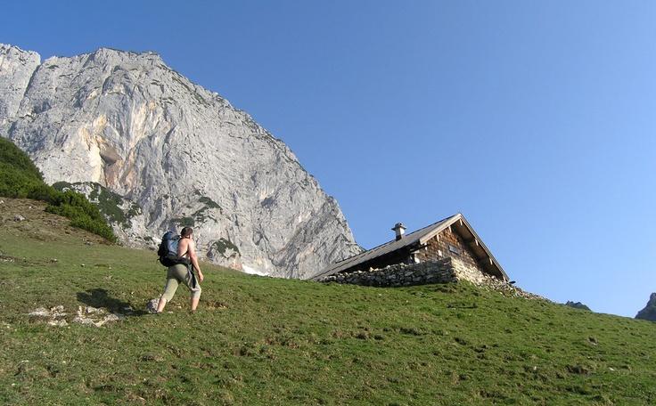 http://www.berchtesgadener-land.com/de/berchtesgadener-hochthronsteig/ Berchtesgadener Hochthronsteig am Untersberg  Sehr schöner und eindrucksvoller Sportklettersteig  durch die Ostwand des Berchtesgadener Hochthrons.  Der Steig wurde sehr elegant durch die steile  Felswand gelegt und hat zahlreiche ausgesetzte,  fordernde Passagen. Hinzu kommt der phantastische  Blick auf die Berchtesgadener Berge.