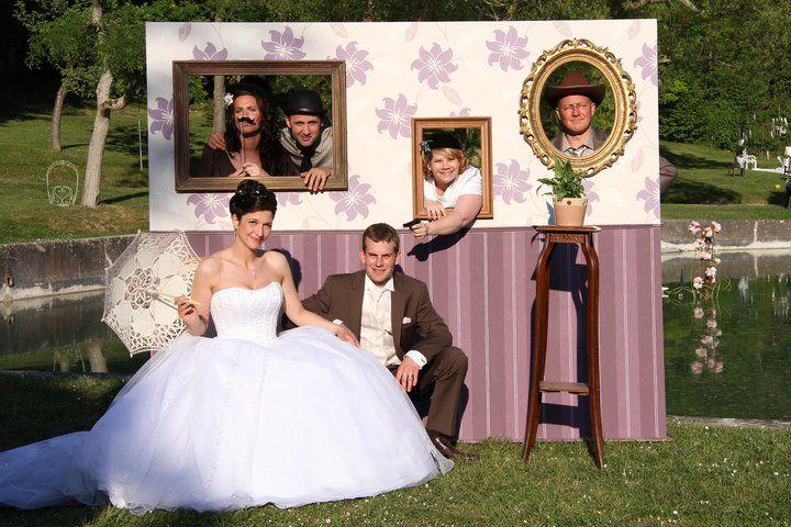"""un photobooth mariage c'est toujours amusant. (d'ailleurs celui ci n'est pas tres bien """"placé"""" - soleil en pleine figure, une partie à l'ombre. )"""