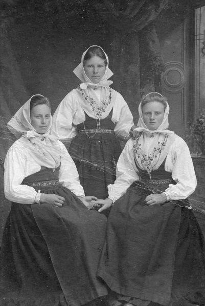 Tre kvinnor - Äldre foton från Sollerö socken Mora, Sweden