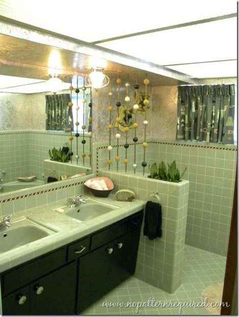 Best 25 retro bathrooms ideas on pinterest retro for Avocado bathroom suite ideas