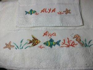 Faute de trouver une sortie de bain adéquate brodable sur place à casablanca, j'ai utilisé ce drap de bain offert par mon amie annie pour réaliser une serviette de plage pour notre charmante princesse Alya, à l'occasion de son premier aniversaire!! En...