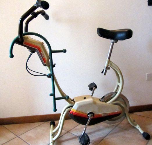 Appoggiato su una bici da camera
