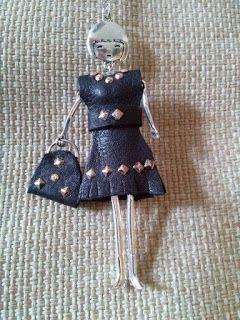 Collana bambolina  vestito e borsa in pelle  http://donyscreations.blogspot.it/ https://www.facebook.com/Il-diario-di-Fiorella-Creativit%C3%A0-e-Fantasia-414682991985045/?fref=ts