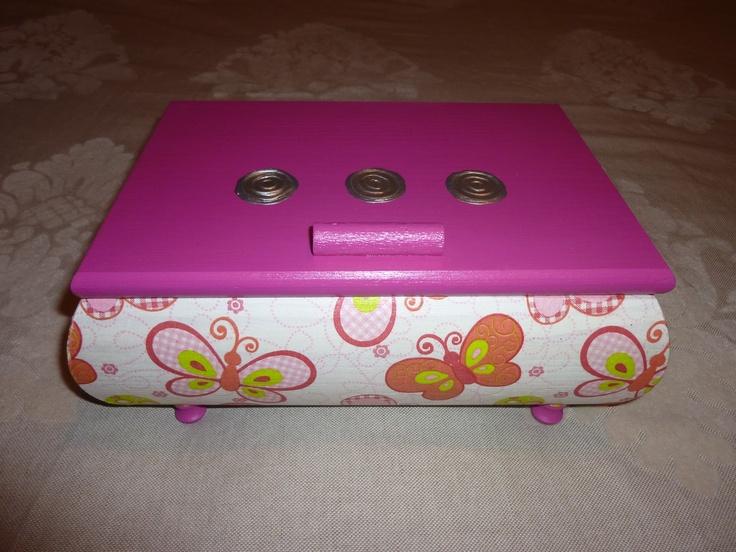 Caja de madera forrada con servilleta de papel, acrílica rosa y repujado.