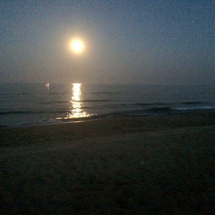 """""""Guarda che luna, guarda che mare, da questa notte senza te dovrò restare folle d'amore vorrei morire mentre la luna di lassù mi sta a guardare""""❤️"""