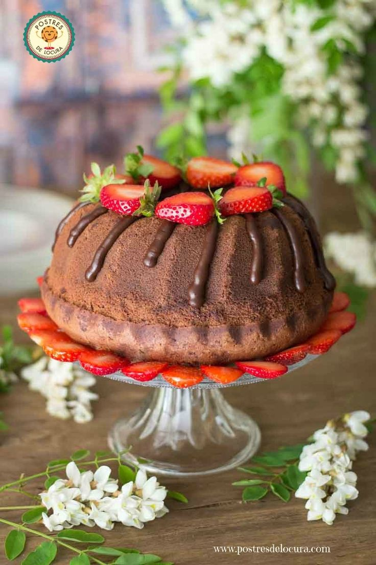 Bizcocho de chocolate con ganache de chocolate y fresas. Chocolate Cake with Chocolate Cake and Strawberries.