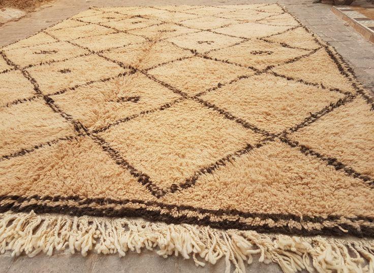 Tapis berbère 100% laine naturelle fabriqué au Maroc. Les tapis Beni Ouarain sont habituellement blancs & noirs, rarement beiges et bruns comme cet exemplaire. Exposé à la lumière devant une baie vitrée, le tapis se pare de reflets dorés.