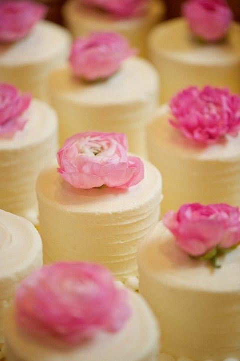 The Latest Wedding Trend: 50 Individual Wedding Cakes   HappyWedd.com