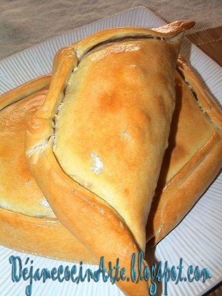 La empanada chilena se sirve en forma individual y se le llama empana de pino . Se acompaña por un vino tinto, generalmente alrededor de la parrilla del asado. - Receta Entrante : Empanadas chilenas de horno por Milena