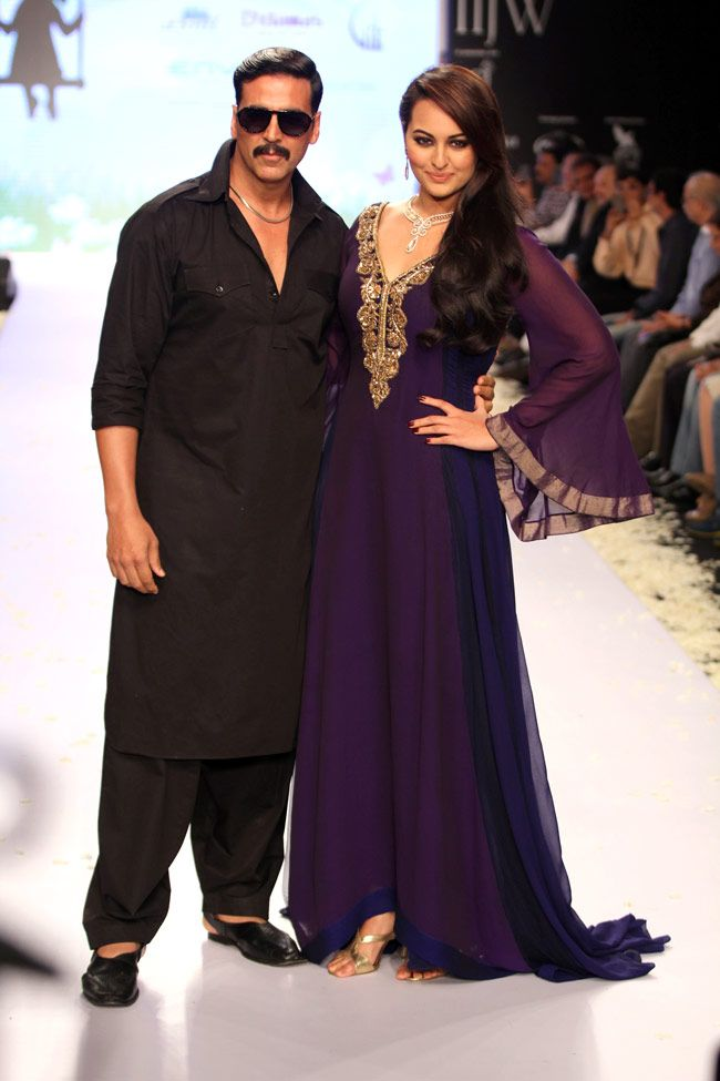 Actors Sonakshi Sinha and Akshay Kumar were the showstoppers on the inaugural show by Gitanjali Gems @ India International Jewellery Week Aug, 2013