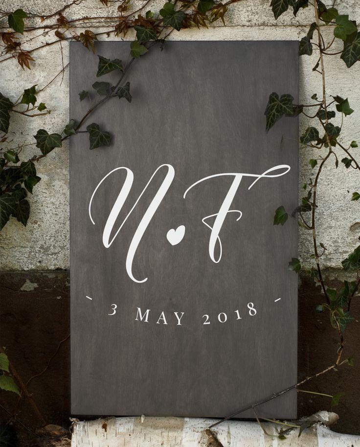 Rustykalna tablica z kaligraficznym krojem pisma. Akcent którego nie może zabraknąć na każdej ceremonii ślubnej, idealna na ślub w plenerze.