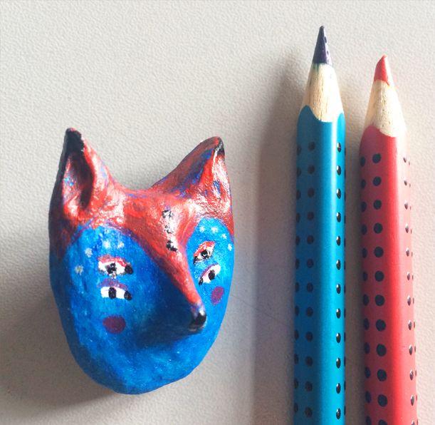 2×3 cm boyutlarındaki mavi tilki, kağıt hamurundan üretilmiştir. Herhangi bir kalıp tekniği kullanılmadığından yalnızca 1 adet bulunmaktadır.  Kağıt hamuru yani bilinen adıyla papier-mache ürünlerimle karşınızdayım. Her ürün el yapımı olup; tekrarını üretebilmek mümkün değildir.