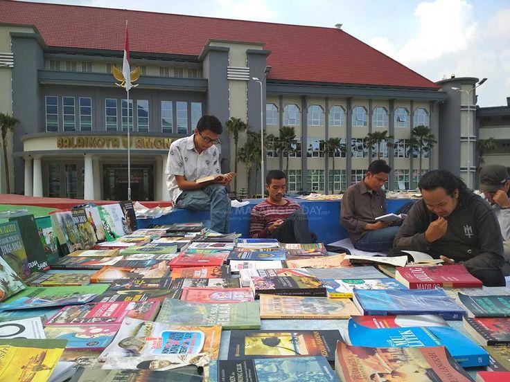 Asyiknya Ngabuburit Sambil Baca Buku di Balai Kota Among Tani https://malangtoday.net/wp-content/uploads/2017/06/ngabuburit-membaca.jpg MALANGTODAY.NET– Jam-jamngabuburit, menunggu waktu berbuka puasa akan terasa membosankan jika hanya berdiam diri. Ada banyak kegiatan bisa dilakukan, salah satunya dengan jalan santai, berkumpul bersama teman atau membaca buku. Seperti halnya aktivitas yang terlihat di pelataran... https://malangtoday.net/malang-raya/batu/asyiknya-n