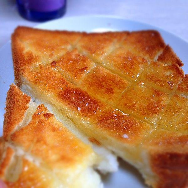おうちで簡単にできる「塩トースト」がおいしくて、ハマる人が続出!食パンにバターやマーガリンを塗り、塩を振ってトースターで焼くだけ。買いに行ったり、作ったりしなくても食パンで話題の塩パン風味が味わえます。忙しい朝にピッタリの簡単で激ウマな塩トーストをぜひお試しください!