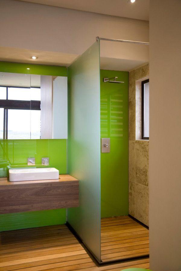 Baño color verde y madera