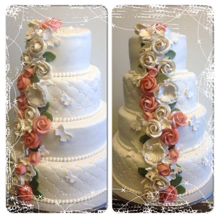Bryllupskake i 4 etg med masse roser. Sjokoladekake med sjokoladekrem og vaniljekrem. Pris 4900,-