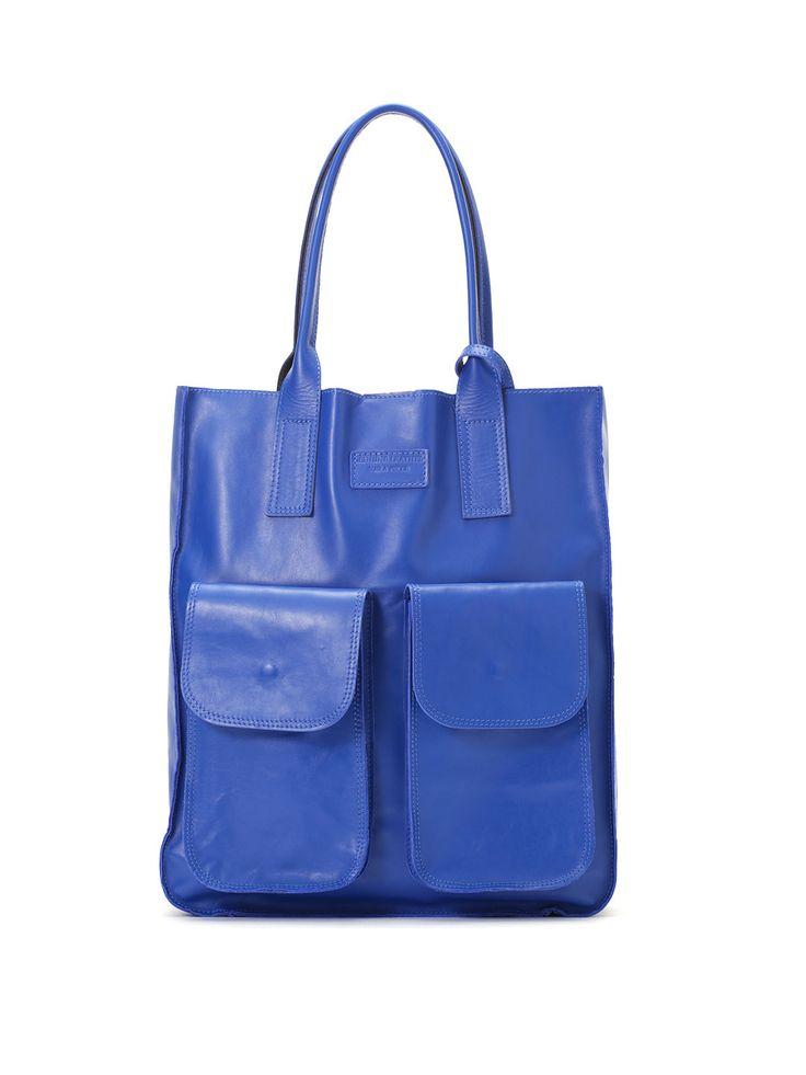 メンズ MODE FOURRURE レザー ポーチ付トートバッグ ブルーの商品詳細。自分らしく輝き続ける大人の女性のためのイタリアンブランド「MODE FOURRURE (モードフルーレ)」。エレガントなデザインは、気分やコーディネートに合わせて印象をチェンジできる3wayをはじめ、多様なポケットやインバッグ付など機能性にもこだわった使いやすさも魅力。デイリースタイルをクラスアップできるタイムレスなコレクションをご堪能ください。