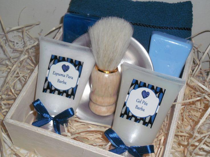 Kit para barba embalado em saco celofane, fitas e tag, composto por:  - 1 caixa de madeira 15x15x5  - 1 toalha social  - 1 bisnaga de espuma de barbear 60ml  - 1 bisnaga de gel pós barba 60ml  - 1 bacia de alumínio 10cm diâmetro  - 1 pincel para barba (pelos naturais e cabo de madeira)  - 2 sabon...
