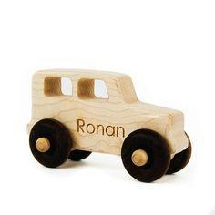 """Caminhão do brinquedo de madeira + Toy Truck + + Um caminhão de bordo com rodas Walnut, 4,25 """"de comprimento e 2,5"""" de altura + cetim lixados com uma cera de abelhas locais luz e acabamento de óleo de jojoba orgânica aumenta a beleza natural da madeira $15"""
