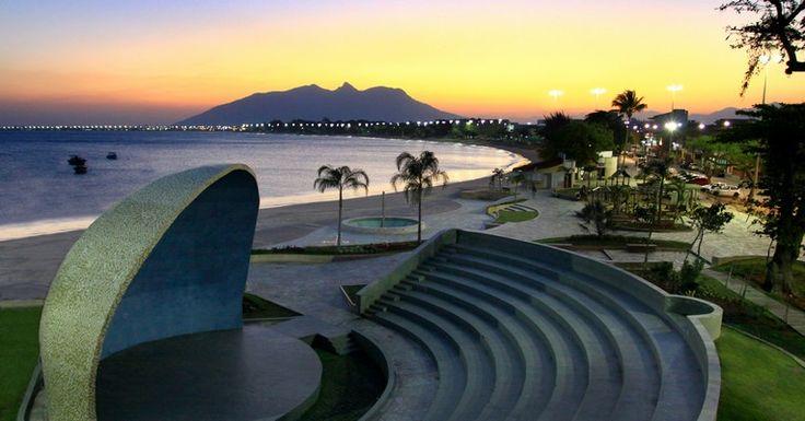 Foto da Concha Acustica da Praça São Pedro com vista para praia do Centro ao entardercer