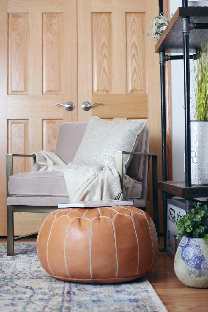 Vintage Möbel, Lederhocker, bequemer Sessel mit Deko Kissen, Einrichtungsideen fürs Wohnzimmer