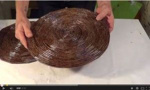 Creare un sotto piatto con carta di giornale. Video tutorial.